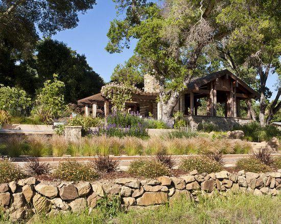 jardin en pente: terrassement avec muret en pierre et graminées