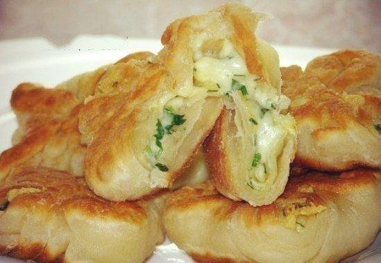 Кефирные конвертики с сыром кефир 1 стакан мука 2 стакан соль, сахар по вкусу тертый сыр по вкусу зелень по вкусу сырое яйцо 1 шт. слив. масло по вкусу