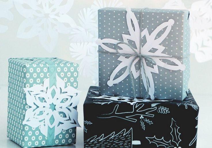 Geschenke verpacken und mit Papier Schneeflocken dekorieren
