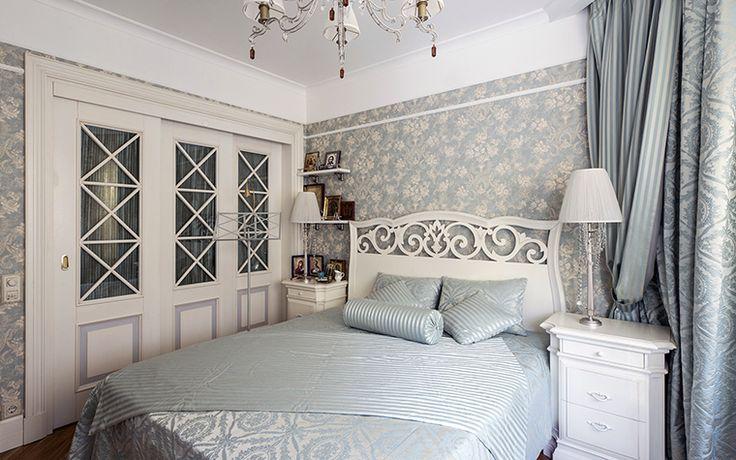 <p>Автор проекта: APRIORI designФотограф: Алексей Камачкин</p> <p>Белая крашеная мебель, бело-голубые обои и текстиль скорее напоминают скандинавский стиль, но рисунок ажурной спинки кровати рождает ассоциации с итальянской классикой.</p>
