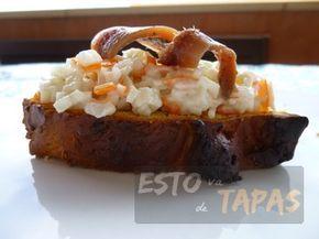 Una de las tapas más clásicas que nos podemos encontrar en los bares españoles: el montadito de cangrejo. Con esto y una caña somos felices mientras dura.