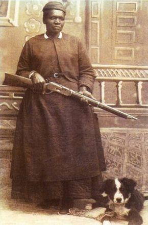 """* """"Stagecoach"""" Mary Fields (c. 1832-1914) nasceu escravo no Tennessee e após a Guerra Civil, ela se mudou para a comunidade pioneira de Cascade, Montana. Em 1895, quando tinha cerca de 60 anos, Campos tornou-se a segunda mulher e primeira operadora americana Africano para o Serviço Postal dos Estados Unidos."""
