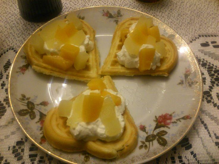 A po kolacji pyszne gofry z bitą śmietaną, brzoskwiniami i ananasami :) Gofry są bez cukru a w ich skład wchodzi m.in. budyń śmietankowy, który nadaje niesamowitego smaku! Spróbujcie!