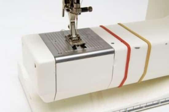 Mettez un élastique autour de la base de votre machine à coudre pour vous guider quand vous faites un ourlet