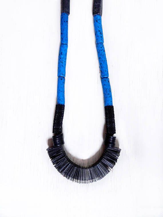 Il s'agit d'un collier de ventilateur noir et bleu en terre cuite. Les matériaux incluent: douze rectangulaire noir perles en argile, six perles d'argile tube moucheté bleu, plusieurs noirs paillettes hérissés, plusieurs perles en disque vinyle noir, plusieurs perles de fan de paillettes et un fermoir en laiton.  Ce collier est une grande longueur. Il est à la fois élégant et fait une déclaration.  les détails: * Collier mesure 10» de milieu de la chaîne du milieu du design perlée * se…