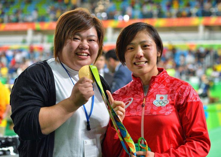 リオ五輪第5日。柔道。田知本遥が女子70キロを制したあと、金メダルをリオ五輪出場を逃した姉、愛さんに手渡す=ブラジル・リオデジャネイロ