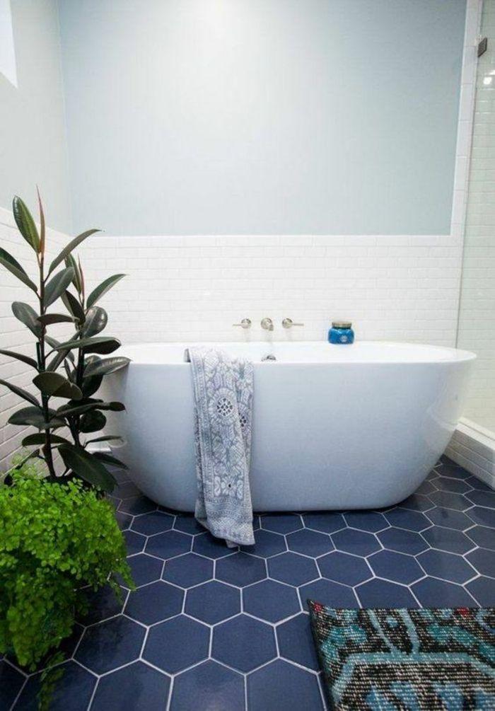 carrelage bleu royal hexagonal, salle de bain 6m2, petite baignoire ovale, mur bicolore, en bleu pastel et en faïence blanche, tapis multicolore en bleu turquoise, noir et rouge