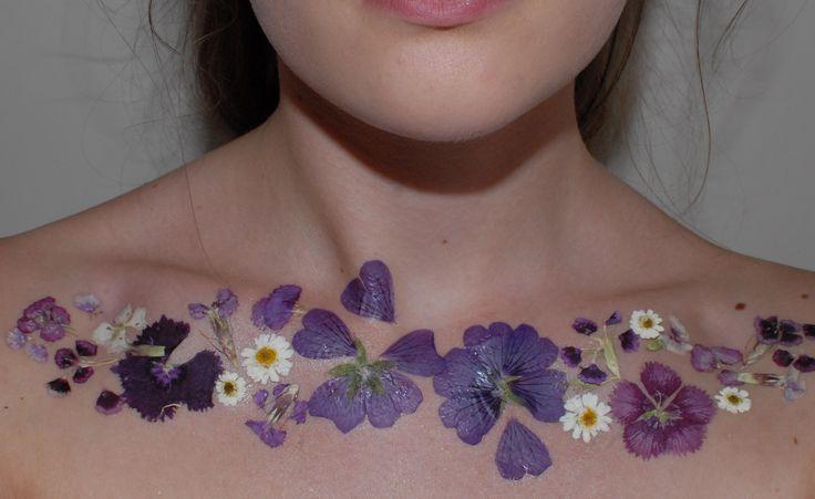可愛すぎると話題!消せる「押し花タトゥー」をDIY♡