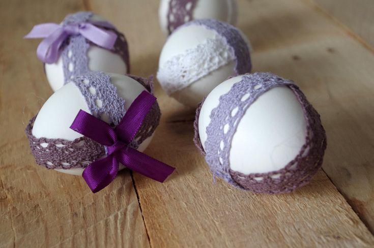 Nechte se inspirovat dalšími velikonočními vajíčky. Tyto, ve fialovýchbarvách, byli ozdobeny stužkami. Tato technika je velmi jedoduchá a rychlá.\n - Nechte se inspirovat dalšími velikonočními vajíčky. Tyto, ve fialovýchbarvách, byli ozdobeny stužkami. Tato technika je velmi jedoduchá a rychlá.\n ( DIY, Hobby, Crafts, Homemade, Handmade, Creative, Ideas)