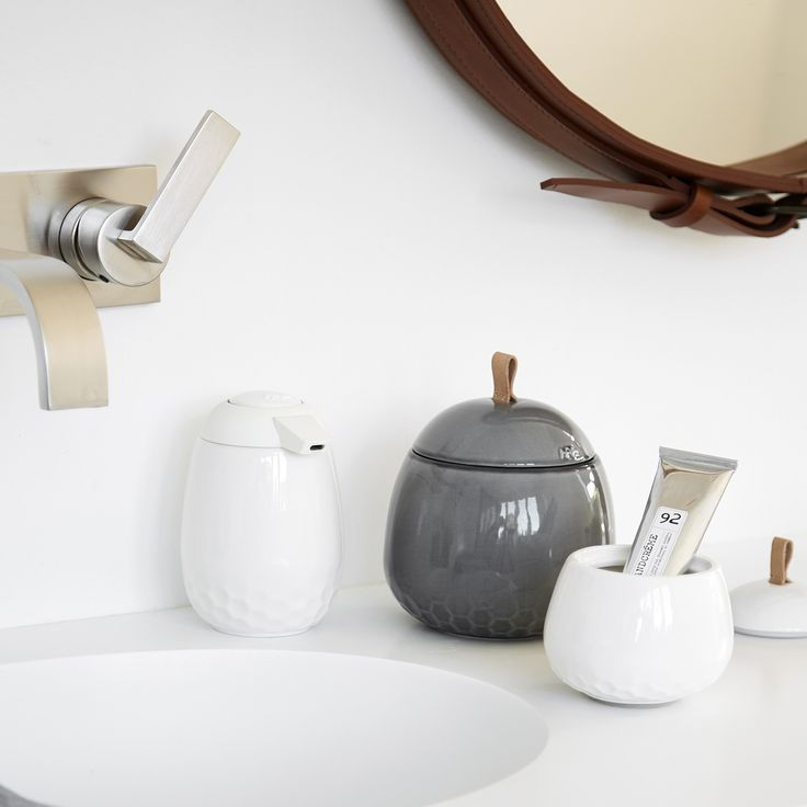 Mellibi combines function and aesthetics and elegantly embraces all the small everyday items in your bathroom.