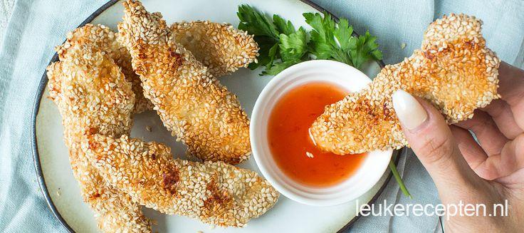 Malse stukjes kip uit de oven met een krokant korstje van sesam