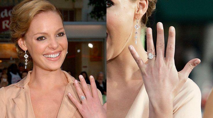 La sortija KATHERINE HEIGL es una increíble joya, en diseño de solitario con un bello diamante en forma de lagrima central, orlada de forma sutil por pequeños diamantes talla brillante de excelente calidad. Un anillo de compromiso a la altura de una celebrity de Hollywood.