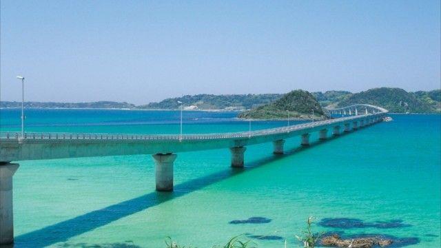 ©山口県日本で綺麗な海に出会える場所といえば筆頭に挙げられるのが沖縄だと思いますが、本州最南端の県・山口にも、映画『四日間の奇蹟』の舞台として使用され、一躍人気になった、エメラルドグリーンの海があります。山口宇部空港から田舎道をドライブする
