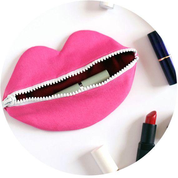 Trousse zippee a rouge a levre en forme de bouche for Trousse couture cuir