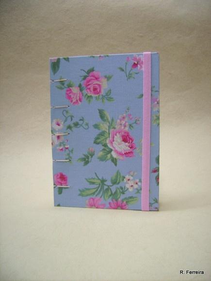 Caderno de notas Luana (tecido Old Roses) Com capa em tecido 100% algodão Miolo 200 páginas (100 folhas) de papel polén 80gr, sem pauta; Costura artesanal aparente estilo copta; Com elástico. Largura: 11 cm Altura: 15 cm R$32,00