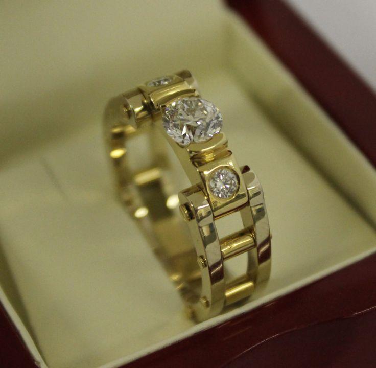 Zlatý pánsky prsteň s briliantmi - Aukčná spoločnosť Diana  materiál: Zlato 18ct  Au750/1000  drahokam:  1 centrálny  1,03ct briliant  2 obvodové  0,25ct  celková váha: 15.7g     #art #auction #ring #gold #briliant #museum #auctionhouse #diana