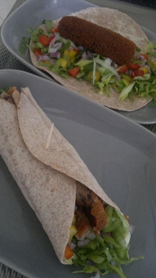 Wrap kroket! Met de heerlijke wrap Kroketty's van Betty kun je eindeloos variëren met de salade die je in de wrap gebruikt.  Ik heb zelf gekozen voor wat gezonde groentes; andijvie, 3 kleuren fijngesneden paprika, rode ui. Daarbij heb ik mayonaise als saus gebruikt. En het opgerold met een vijzelrijke tarwe tortilla. Probeer het een keer, het is super lekker! Made by ElisaBetty Ploos van Amstel
