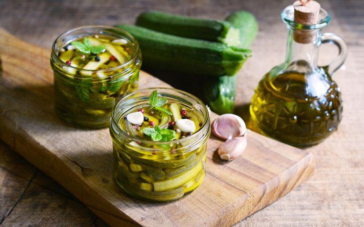 Le zucchine sott'olio sono una conserva facile e veloce da preparare nel periodo estivo e da conservare in dispensa per il lungo inverno.