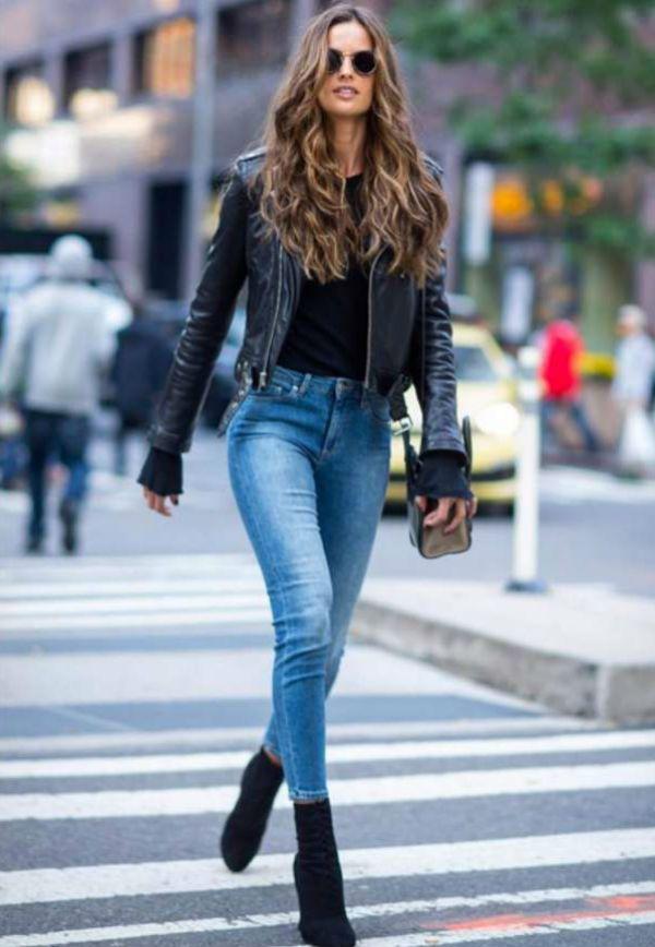Alessandra Ambrosio usa skinny boot com jeans e jaqueta de couro.