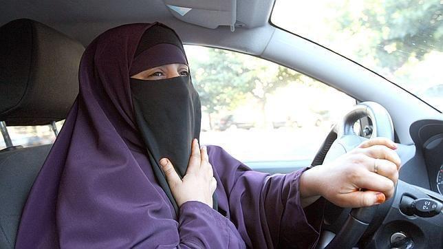 Las iraníes conducen con la ventanilla cerrada tras una ola de ataques con ácido