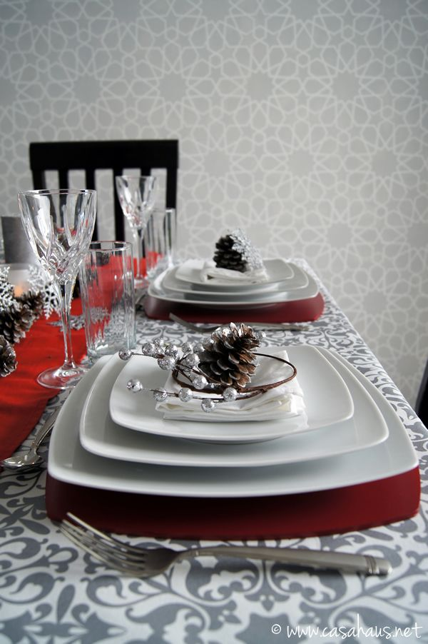 Christmas table setting in silver and red.  Mesa de Navidad.