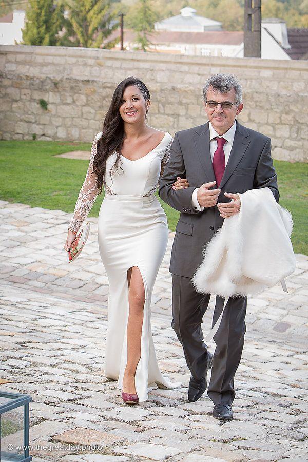 Mariage Afrikasia | La cérémonie - Aperçu de mon entrée au bras de mon papa . robe sur mesure de Mademoiselle de Guise, pochette personnalisée par Mandycoo.  | Crédit photo : www.TheGreatday.photo