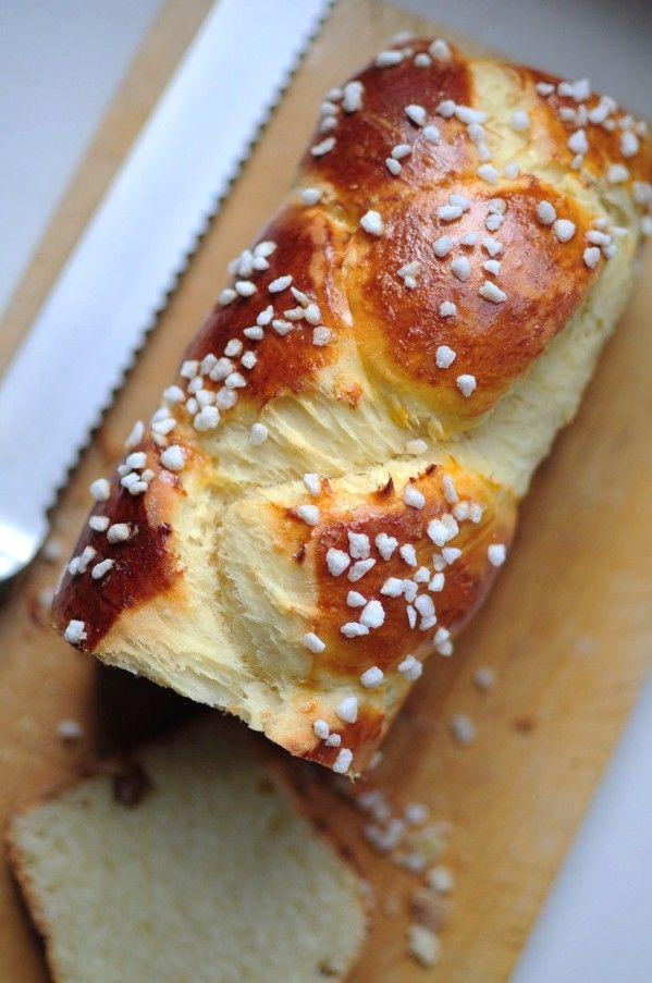 Brioche tressée au sucre (pas à pas) - La popotte de Manue (But where can I find fresh yeast like this?)