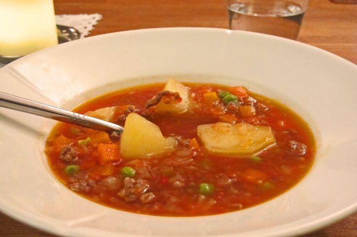 Fattigmannssuppe metter mange, er næringsrik, og veldig billig å lage. Likevel en god suppe, som er rask å lage. Her har du minst mat til 4 personer.