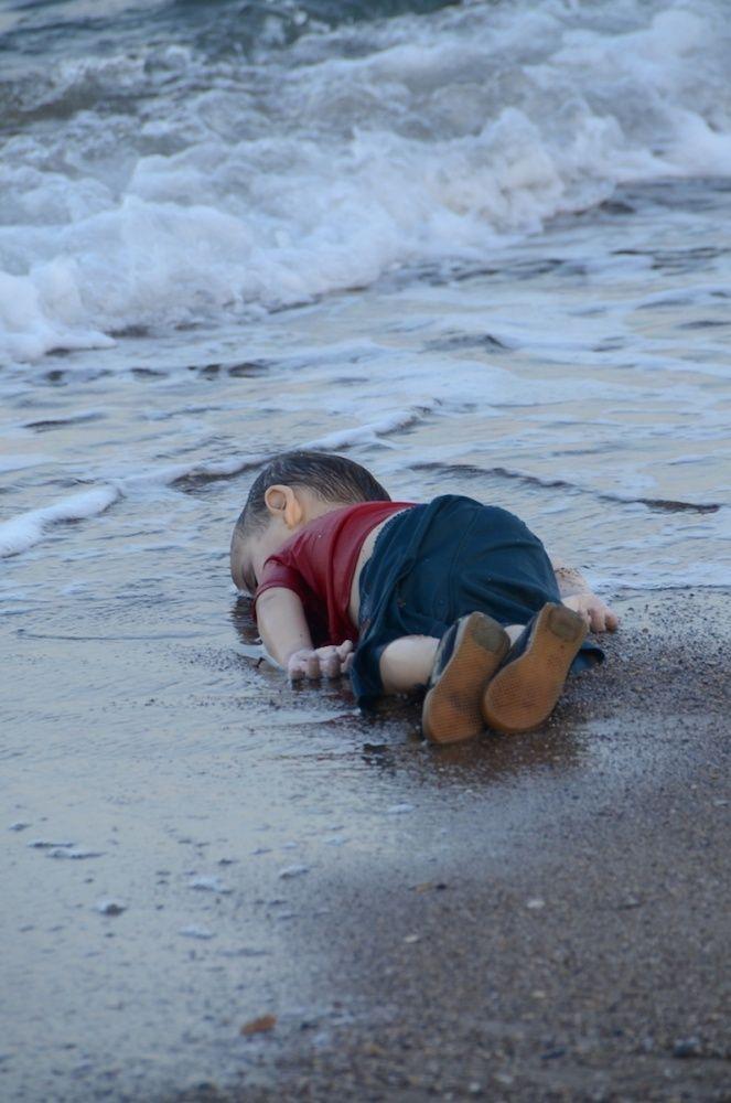 Conversa com a Fotógrafa por trás da Imagem do Menino Sírio Afogado