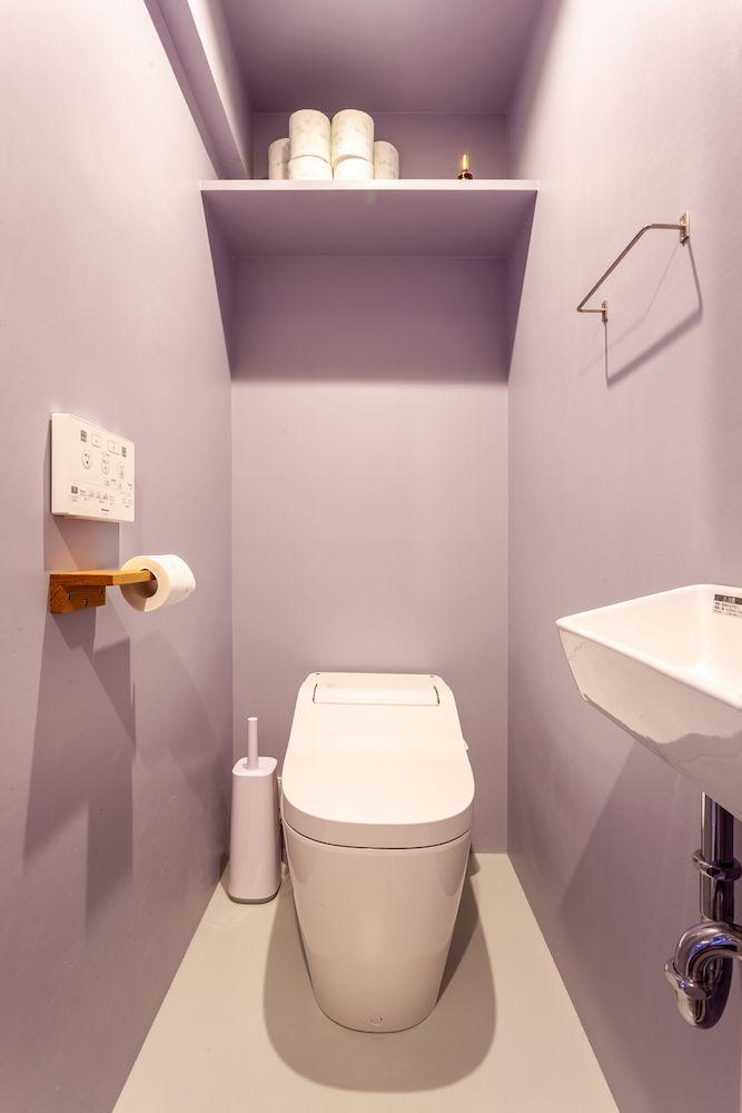 トイレは薄いグレー系のパープルの壁にペイント F様邸初台 トイレ