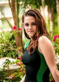 """Em um ponto, a personagem de Kristen tem cenas agressivas, onde ele chuta um cara no estômago e, em seguida, atinge outro com o cotovelo. O tenente acaba chamando ela de """"Blonde"""", por isso vai ser tingindo o seu cabelo de loiro para o papel. O personagem de Kristen também tem uma cena muito emotiva, incluindo choro convulsivo."""