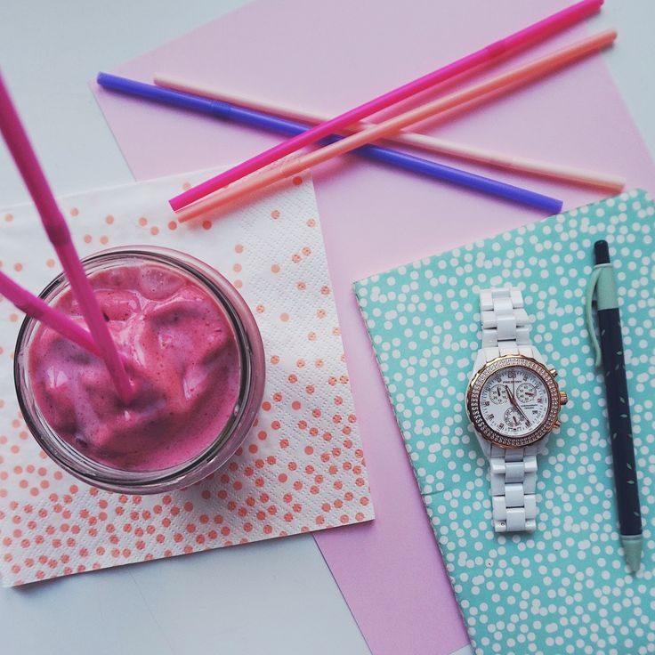 If we could chose one perfect way to start the morning - it would be with a pink healthy smoothie 💕 Together with our beautiful watch. An amazing fashion accessory 🌸