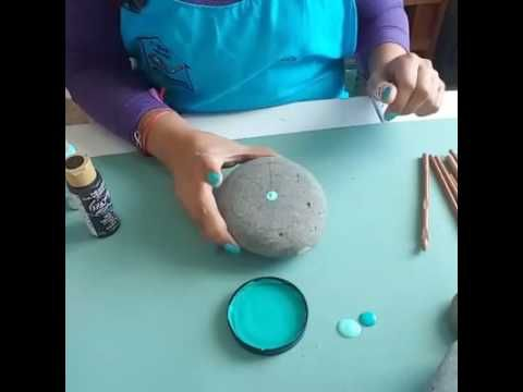 Manualidades: Mandalas en piedras - Innova Manualidades Más manualidades aquí ►►► http://goo.gl/Drfy23 Hoy vamos a pintar mandalas en piedras para relajarnos...