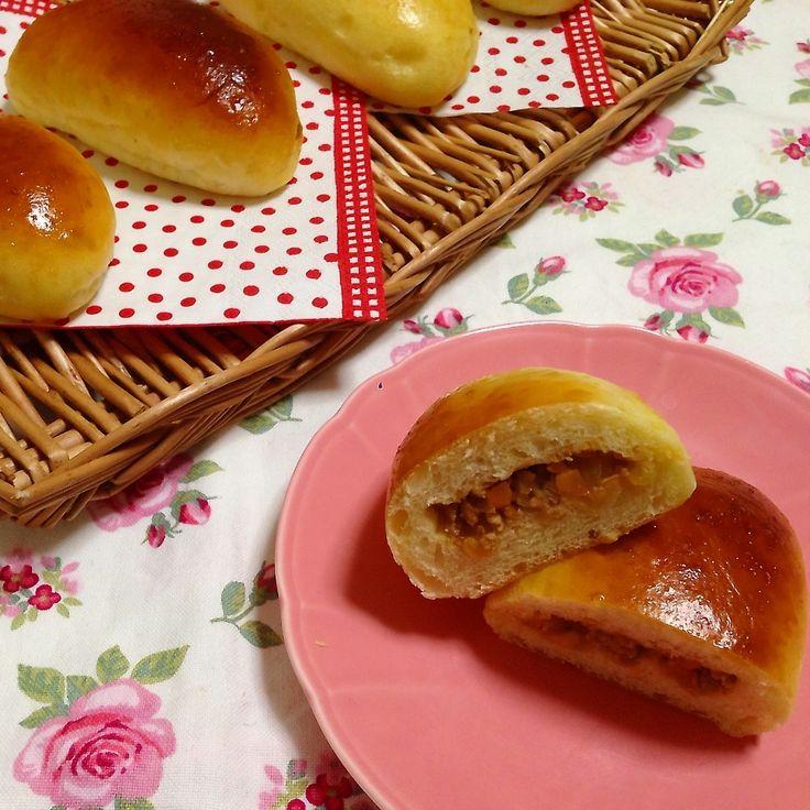 開幕したね、五輪!ってことで、ロシア料理を作りたくなってピロシキ焼いたよー(^ヮ^*)揚げてもいいけど、焼いたのも好き☆ 作り方の詳しい写真はブログに載せてます。 作り方(5〜6個分) a)強力粉  150g a)塩    1g b)イースト 2g b)砂糖   15g b)卵    1個(半分は生地に、半分は塗る用) b)水    卵半分と合わせて110g b)オリーブオイル 10g <中身の具> ・豚ひき肉 100g ・玉ねぎ  1/2個 ・人参   1/3本 ・にんにく チューブの2cmくらい ・しょうが 1かけ ・パルメザンチーズ 大さじ1 ◯鶏ガラスープの素 小さじ1 ◯砂糖       小さじ1 ◯酒        大さじ1/2 ◯ケチャップ    大さじ1 ◯塩こしょう    少々 ・ごま油      大さじ1 ①<パン>aとb(イースト以外)を別のボウルに計量する。  bをレンジ600wで20秒チンし、イーストを入れて混ぜる。 ②bにaの半分を入れてスプーンでグルグル混ぜたら、さらに半分を加えてグルグル混ぜる。  (2分くらいずつ混...