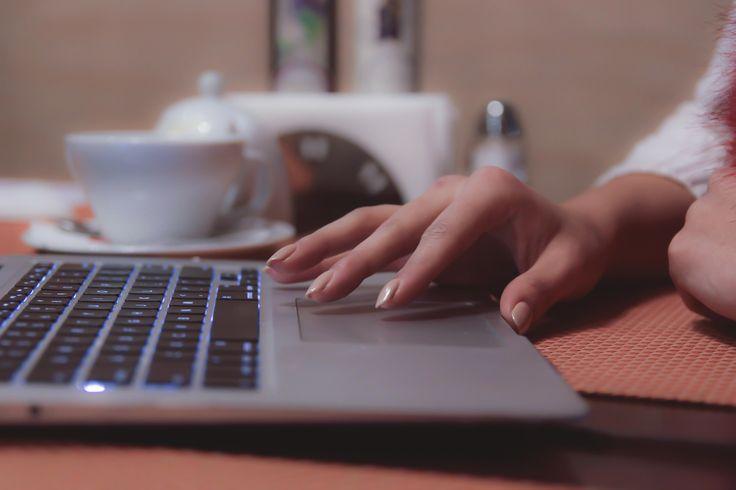 working, blogging, details, hand, more on http://lasueta.jurna.ro/