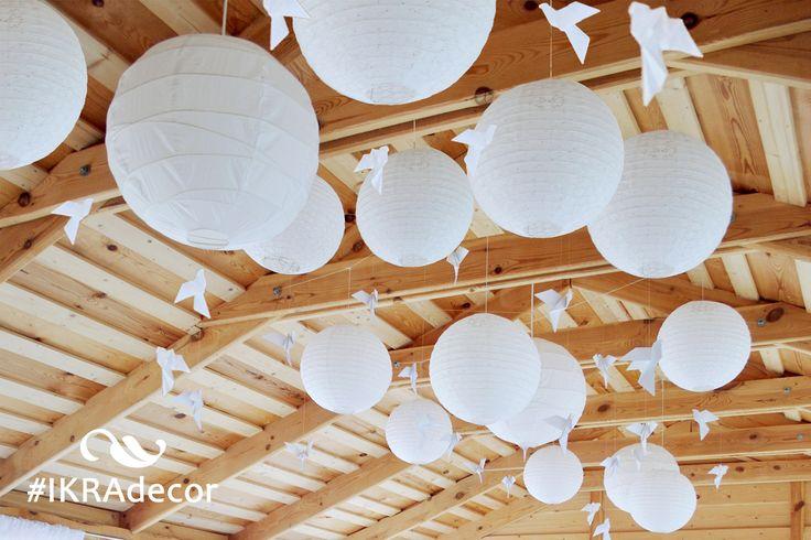 Свадебное оформление потолка. Усадьба. Веранда. Подвесные китайские фонарики, птички из бумаги. Усадьба Логойск Вилла
