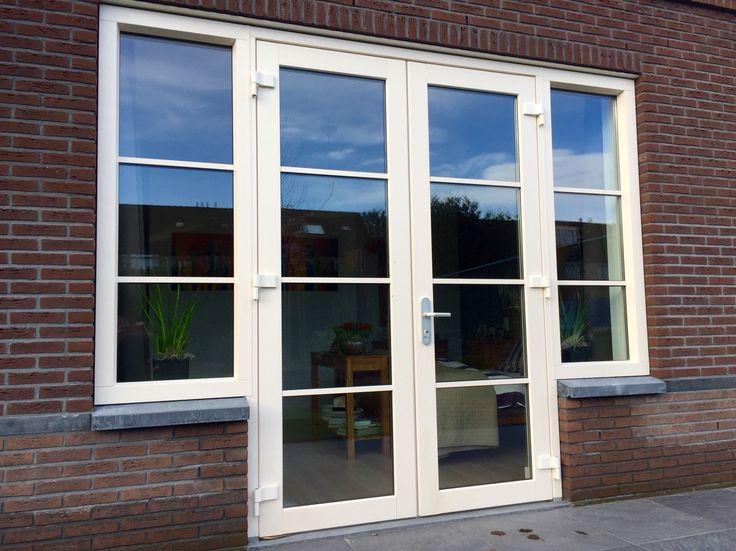 Dubbele deuren in kunststof met horizontale wienersprosse roede en zijlichten.  www.denkit.nl