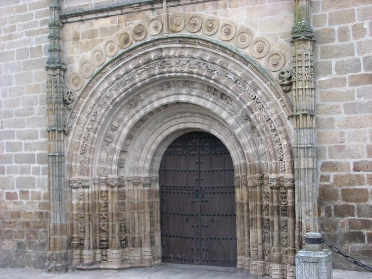 Puerta Oeste de la Iglesia de Santa María la Mayor, bajo su imponente torre.
