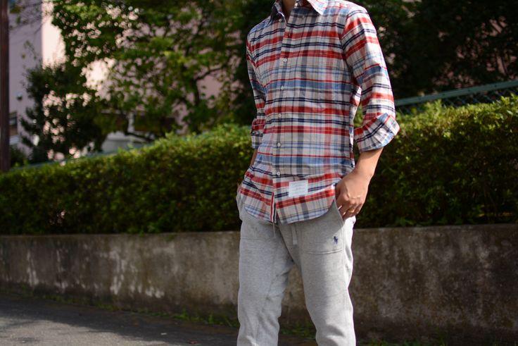 (jeudi★Style)NO,16   シャツ♦THOM BROWNE グログランチェックシャツ  http://jeudi-japan.com/?pid=106225021   パンツ♦RALPH LAUREN スウェットパンツ  http://jeudi-japan.com/?pid=107045989   スニーカー♦NIKE PRE MONTREAL (私物)   カチッとしたシャツ+スウェットパンツを合わせてみました!!!  リラックス感の強いスウェットパンツですが、キレイめなシャツを合わせることで  程よく力の抜けたカジュアルスタイルに仕上げました(´・ω・`)   ちなみにちょっとしたこだわりですが・・・ボタンダウンのボタンは外してます。  (トムブラウンはオックスフォードシャツしか着ませんが、ボタンダウンのボタンを外して着る方なのです☆)  注]こちらのチェックシャツはオックスフォードではございません。ただマネしただけです(; ・`д・´)笑