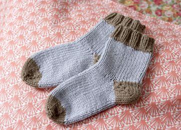 Hold din babys fødder varme med et par bløde hjemmestrikkede sokker