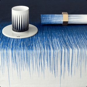 Dekorer dit bord med denne unikke dug Pen fra Ferm Living, hvor kuglepennen har taget over og lavet grå kuglepen streger.