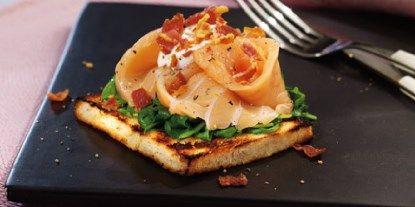 Røget laks på smørgrillet toast med spinat