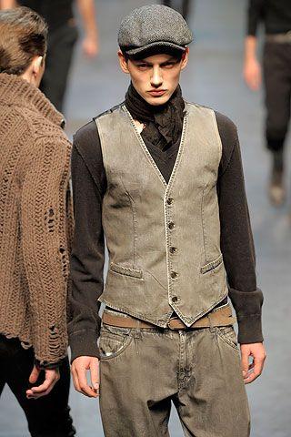 Siluetas marcadas, mostradas en chaquetas abiertas. Un buen contraste de tejidos de punto grueso en estilo de trabajo de desgaste.