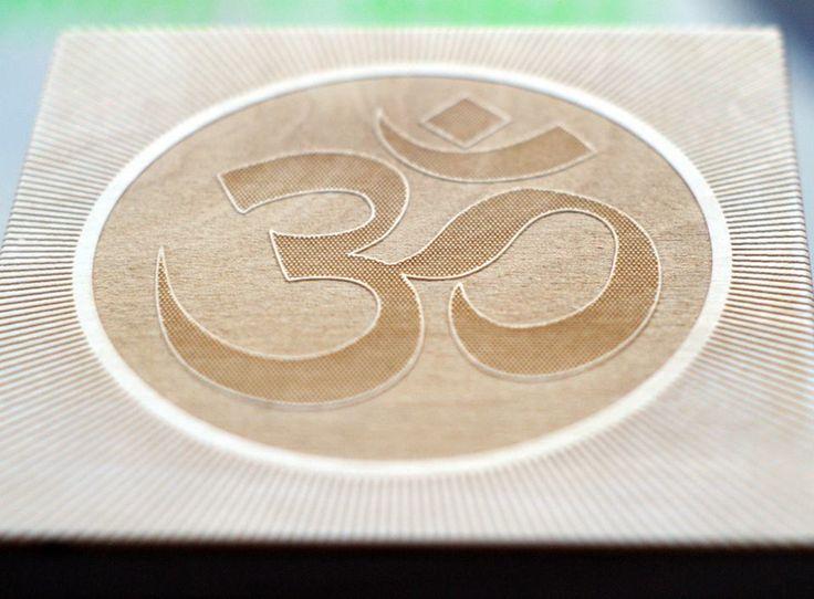 Drewniana kasetka, z wygrawerowanym symbolem Om. Wspaniały upominek dla osoby zafascynowanej kulturą Wschodu. #PracowniaKonkretu #om #symbol #wood #box #engraving #laser #pudełko