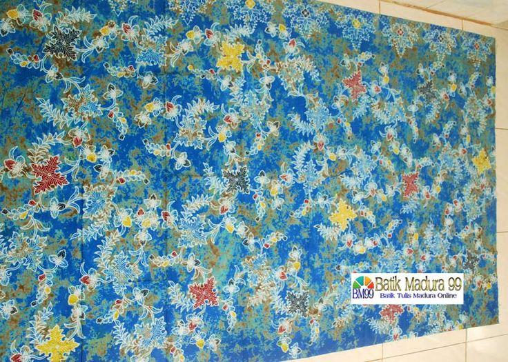 Batik madura motif mendung pecah warna biru cerah. Motif batik Madura yang menyajikan warna biru langit pada selembar kain katun santiu halus yang menawan. Variasi pinggiran motif bunga dengan dasar motif mendung pecah merupakan kreasi batik madura kontemporer. Source: http://batikmadura99.com