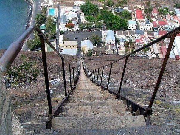 Самая длинная прямая лестница в мире находится на острове Святой Елены. В ней 699 ступенек, высота 200м