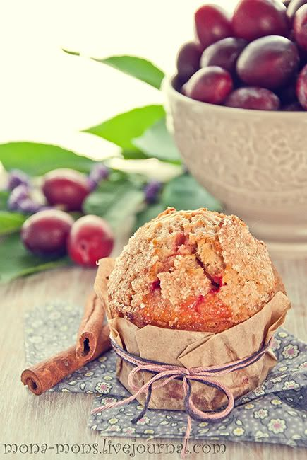 """На эти маффины, помимо тазика слив на кухне, меня вдохновили""""Plum Coffee-Cake Muffins"""", рецепт которых я нашла здесь уarx0nt. Что сказать... было очень вкусно :) Я…"""