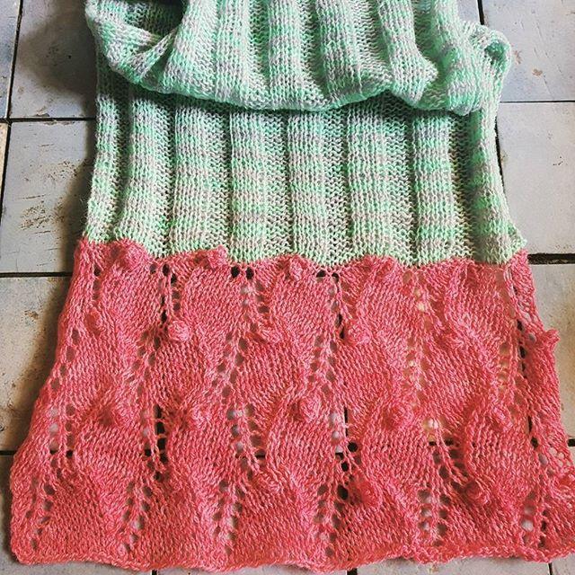 Tørklæde i tynd lammeuld fra handdyedbycharlottespagner.  #handdyedbycharlottespagner #garnudsalg #indiedyer #handdyed #handdyedyarn #knitting #håndfarvetgarn #tørklæde #scarf