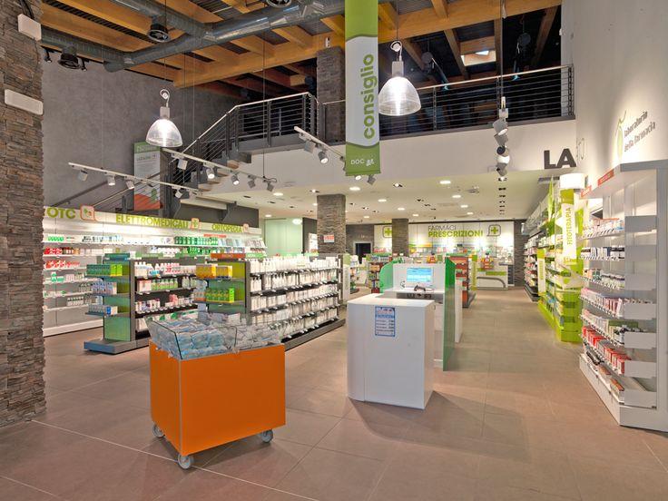 L'espace, agencé de manière claire et opérante, fait la part belle à l'accueil avec un grand comptoir à l'entrée qui accompagne les clients vers les différents espaces intérieurs et notamment vers la zone dédiée à la cosmétique.