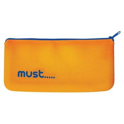 Oranje siliconen etui met een blauwe rits en de tekst must… erop. Afmeting: 21 x 10 cm - Pennen Etui Siliconen MUST Oranje